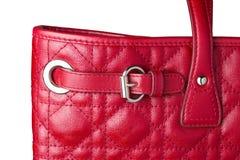 Chiuda su della borsa di cuoio rossa della donna con il fermaglio di cinghia d'argento Immagini Stock
