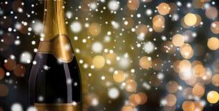 Chiuda su della bottiglia del champagne con l'etichetta dorata Fotografia Stock Libera da Diritti