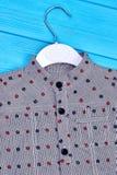 Chiuda su della camicia dei ragazzi punteggiata grey Fotografia Stock Libera da Diritti