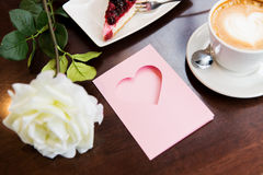 Chiuda su della cartolina d'auguri con cuore e caffè Fotografia Stock Libera da Diritti