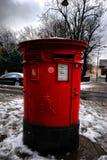 Chiuda su della cassetta delle lettere dopo le precipitazioni nevose pesanti, Londra, Regno Unito fotografia stock libera da diritti