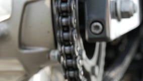 Chiuda su della catena del motociclo video d archivio