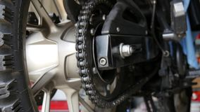 Chiuda su della catena del motociclo stock footage