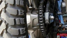 Chiuda su della catena del motociclo archivi video