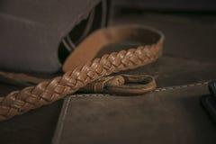 Chiuda su della cinghia marrone intrecciata e di varie borse fatte a mano del cuoio Immagine Stock Libera da Diritti