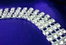 Chiuda in su della collana del dimond su una priorità bassa blu Fotografia Stock Libera da Diritti