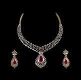 Chiuda in su della collana di diamante con l'anello di orecchio del diamante Fotografie Stock