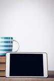 Chiuda su della compressa digitale con la tazza di caffè sui libri Fotografia Stock Libera da Diritti