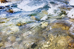 Chiuda su della corrente della cascata durante l'alta marea Fotografia Stock