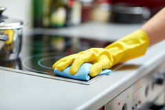 Chiuda su della cucina del fornello di pulizia della donna a casa Fotografia Stock Libera da Diritti