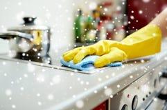 Chiuda su della cucina del fornello di pulizia della donna a casa Fotografie Stock