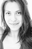 Chiuda su della donna asiatica sorridente che esamina la macchina fotografica Fotografie Stock Libere da Diritti