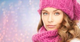 Chiuda su della donna in cappello e sciarpa sopra le luci Fotografie Stock Libere da Diritti
