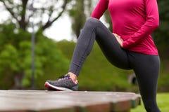 Chiuda su della donna che allunga la gamba all'aperto Immagine Stock Libera da Diritti