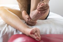 Chiuda su della donna che ha un solo dolore del piede o del tallone, sensibilità femminile esaurita e dolorosa fotografia stock libera da diritti