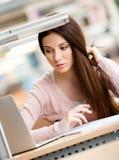 Chiuda in su della donna che lavora al computer portatile Fotografia Stock Libera da Diritti