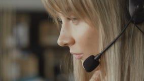 Chiuda su della donna che lavora nel servizio di sostegno online archivi video