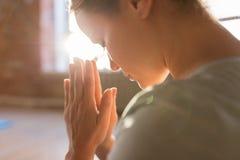 Chiuda su della donna che medita allo studio di yoga Fotografie Stock Libere da Diritti