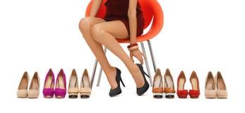 Chiuda su della donna che prova sulle scarpe tallonate livello immagini stock libere da diritti