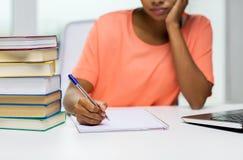 Chiuda su della donna con il computer portatile ed i libri a casa Immagine Stock Libera da Diritti