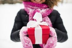Chiuda su della donna con il regalo di natale all'aperto Fotografia Stock Libera da Diritti