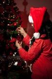 Chiuda in su della donna con l'albero di Natale Fotografia Stock