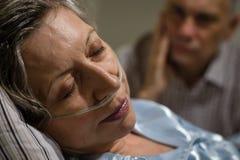 Chiuda su della donna con la cannula nasale Fotografie Stock Libere da Diritti