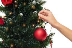 Chiuda su della donna con la decorazione dell'albero di Natale Immagini Stock