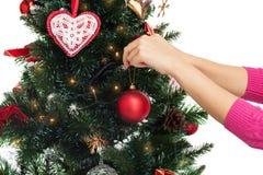 Chiuda su della donna con la decorazione dell'albero di Natale Fotografia Stock