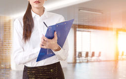 Chiuda su della donna con la lavagna per appunti Fotografia Stock Libera da Diritti