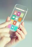 Chiuda su della donna con le icone di app sullo smartphone Fotografia Stock