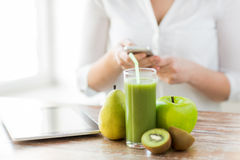 Chiuda su della donna con lo smartphone ed i frutti Fotografia Stock Libera da Diritti