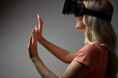 Chiuda su della donna in cuffia avricolare di realtà virtuale Immagini Stock