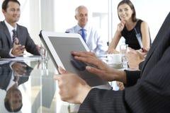 Chiuda su della donna di affari Using Tablet Computer durante il bordo Mee immagine stock