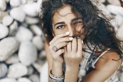 Chiuda su della donna disegnata boho sulla spiaggia tropicale con pebbl bianco Fotografia Stock Libera da Diritti
