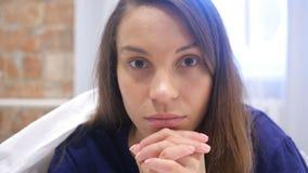 Chiuda su della donna ispana di disturbo triste che si trova a letto archivi video
