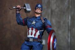 Chiuda su della figura azione di superheros di capitano America Civil War immagini stock