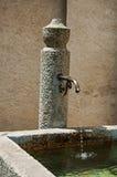 Chiuda su della fontana di pietra in Megève Immagini Stock