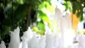 Chiuda su della fontana nel parco della città Macro HD archivi video