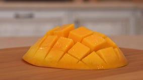 Chiuda su della frutta affettata del mango Macchina fotografica girante con la cucina bianca sui precedenti Carrello preso stock footage