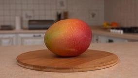 Chiuda su della frutta fresca del mango Macchina fotografica girante con la cucina bianca sui precedenti Carrello preso video d archivio