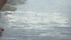 Chiuda su della gente che cammina nella pioggia, movimento lento archivi video