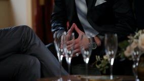 Chiuda su della gente di affari con i vetri vuoti del champagne nella parte anteriore video d archivio