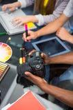 Chiuda su della gente di affari creativa con la macchina fotografica digitale Fotografie Stock