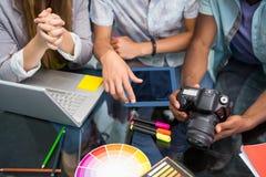 Chiuda su della gente di affari creativa con la macchina fotografica digitale Fotografia Stock