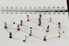 Chiuda su della gente miniatura con il diagramma di rete sociale fotografia stock libera da diritti