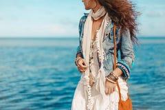 Chiuda su della giovane donna alla moda sulla spiaggia Fotografia Stock Libera da Diritti