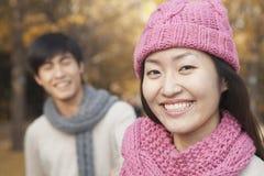 Chiuda su della giovane donna con il suo ragazzo in parco in autunno immagine stock