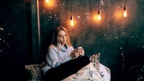 Chiuda su della giovane donna emozionante che parla sullo Smart Phone stock footage