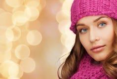 Chiuda su della giovane donna sorridente in vestiti dell'inverno Fotografie Stock